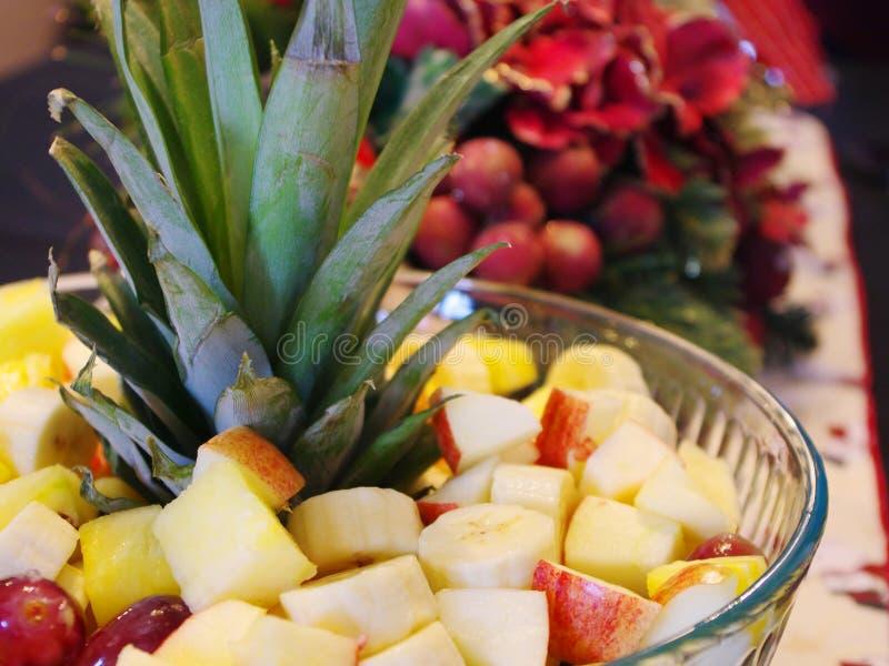 Foglie dell'ananas che ornano una ciotola di frutta immagini stock libere da diritti