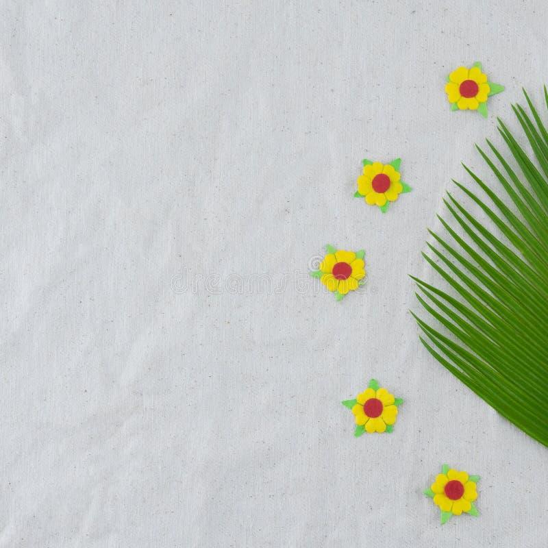 Foglie della felce e fiori di carta gialli fotografia stock libera da diritti