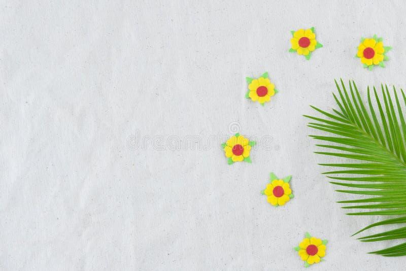 Foglie della felce e fiori di carta gialli fotografie stock