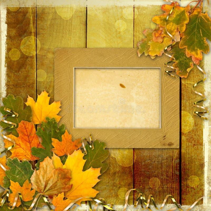 Foglie di autunno multicolori luminose su fondo astratto immagini stock
