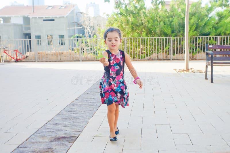 Foglie di trasporto della bambina sveglia immagini stock libere da diritti