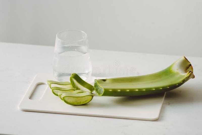 Foglie di vera dell'aloe e vetro freschi della bevanda sana del succo di vera dell'aloe isolata su fondo bianco immagini stock