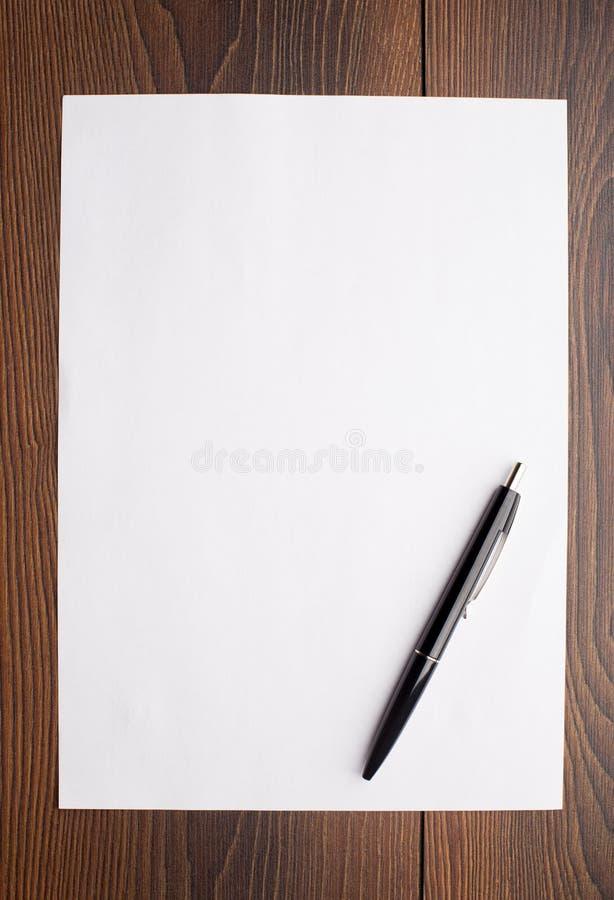 Foglio bianco di libro bianco e della penna immagine stock - Foglio laminato bianco ...