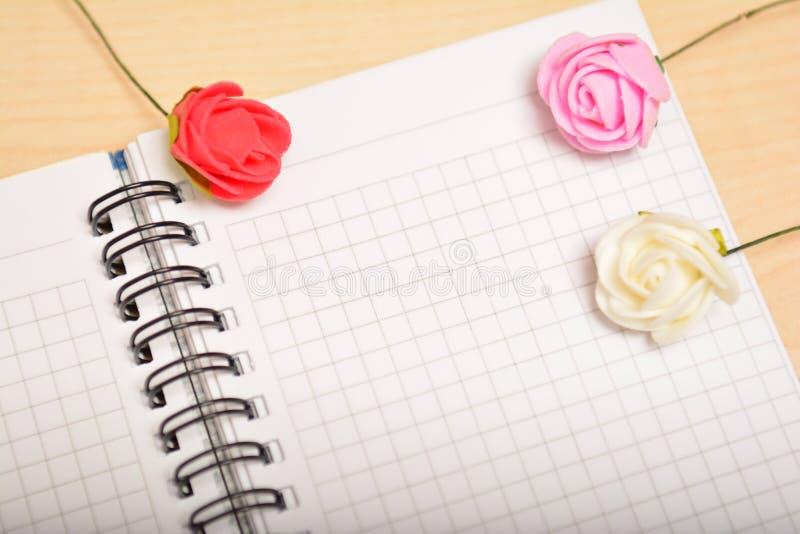 Download Foglio Bianco E Rose, Congratulazione Fotografia Stock - Immagine di festa, vuoto: 56875482