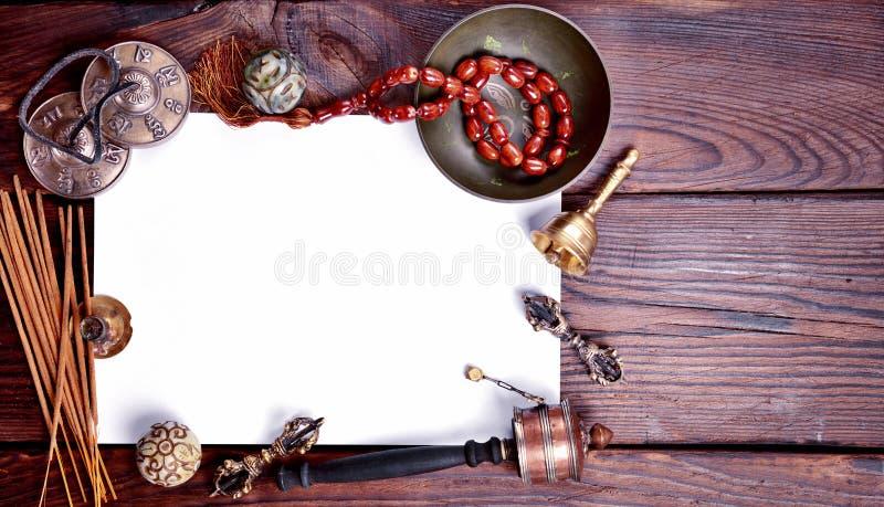 Foglio di carta bianco fra gli strumenti religiosi musicali fotografia stock
