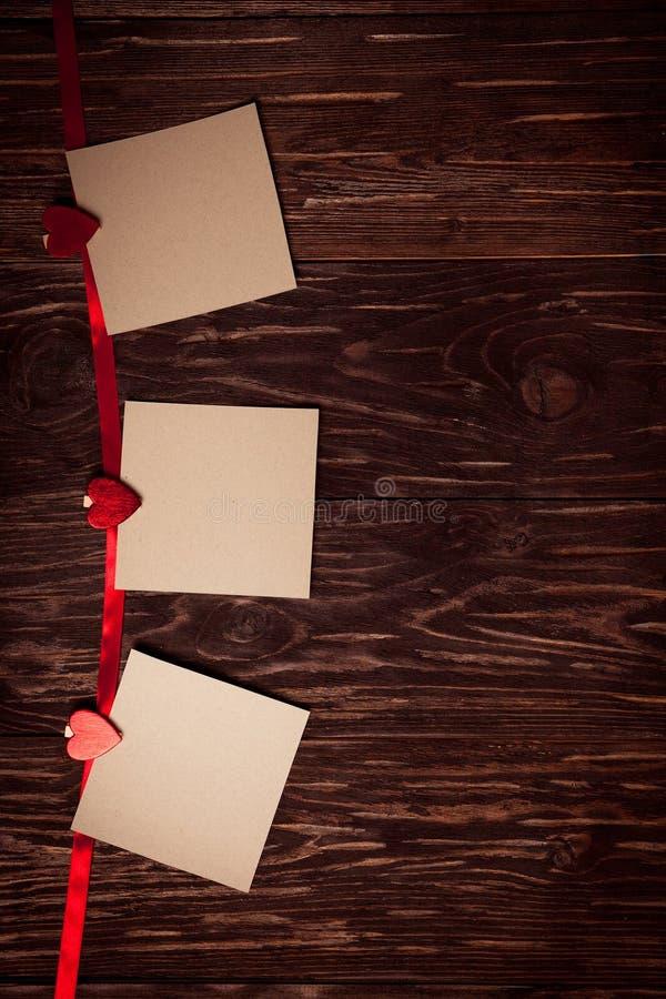 Foglio di carta bianco il San Valentino di concetto delle mollette da bucato fotografia stock