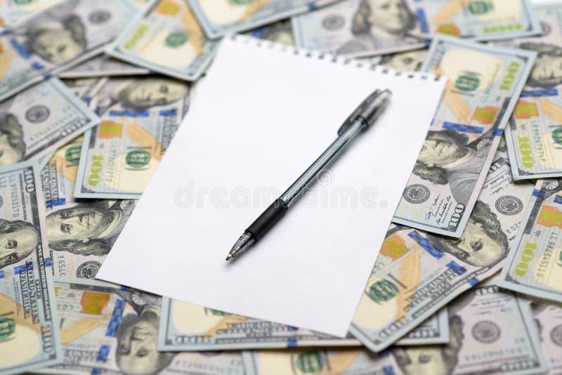 Foglio di carta per le note con una penna fotografia stock