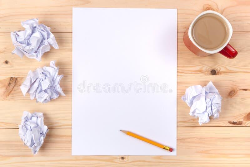 Foglio di carta su uno scrittorio fotografia stock libera da diritti