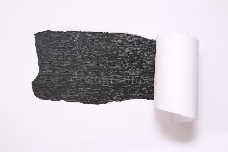 Foglio di carta violenta contro i precedenti neri immagini stock