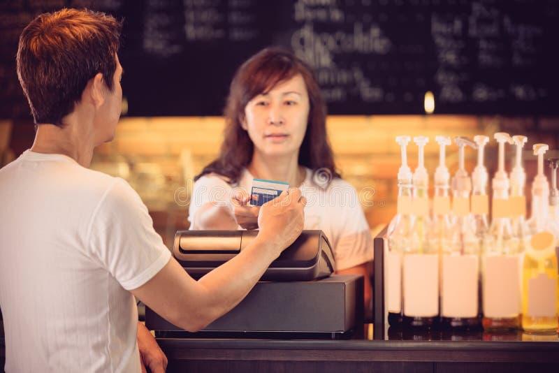 Foglio paga alla caffetteria d'annata con la carta di credito immagine stock libera da diritti