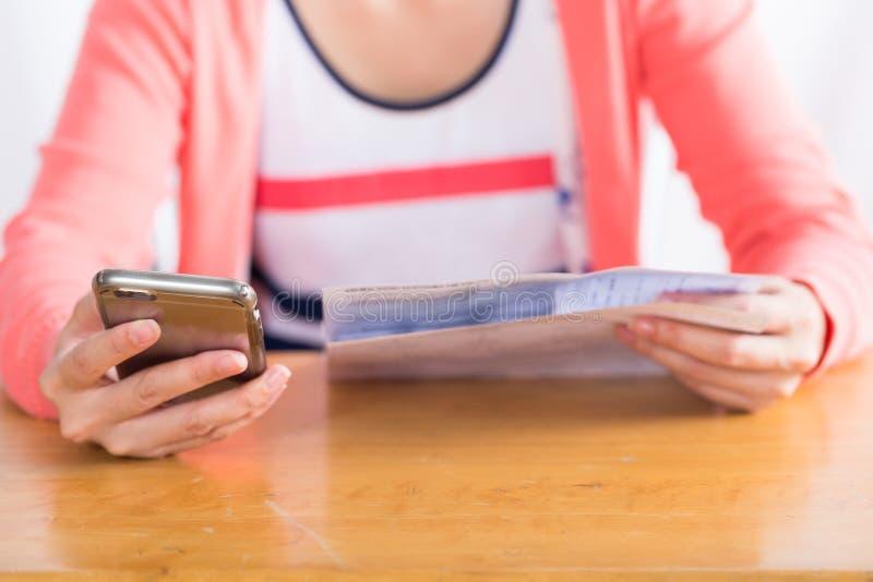 Foglio paga della donna online dallo smartphone fotografia stock libera da diritti