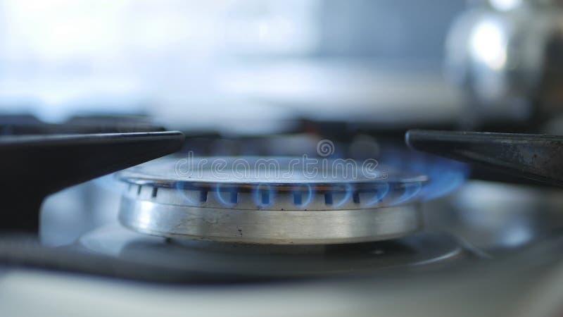 Fogo aberto em um gás de Calor em uma cozinha da casa fotografia de stock