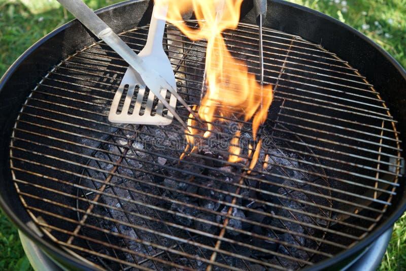 Fogo aberto na grade para grelhar uma salsicha com um carvão vegetal fotografia de stock