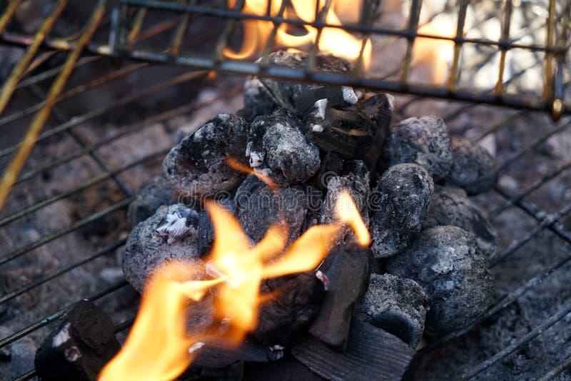Fogo aberto na grade para grelhar uma salsicha com um carvão vegetal fotos de stock