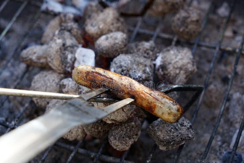 Fogo aberto na grade para grelhar uma salsicha com um carvão vegetal fotografia de stock royalty free