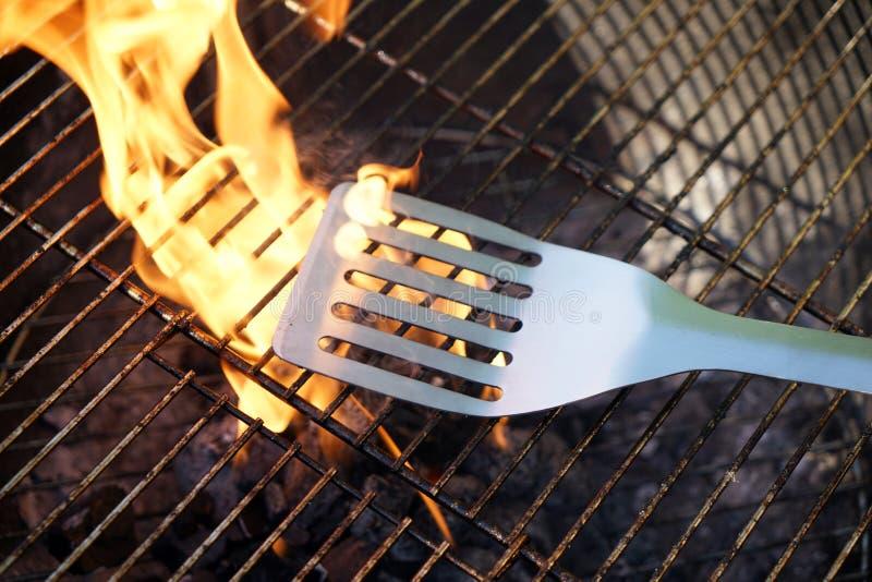 Fogo aberto na grade para grelhar uma salsicha com um carvão vegetal fotos de stock royalty free
