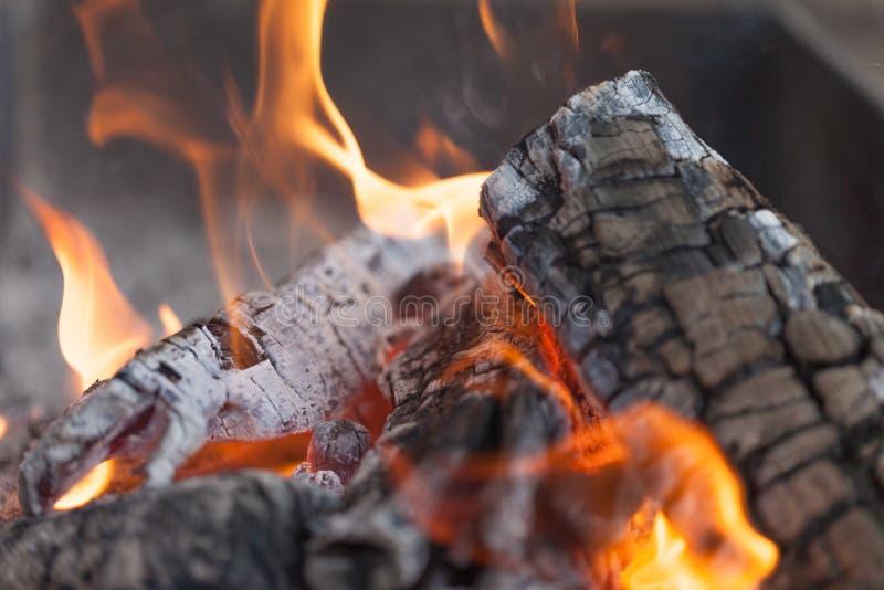 Fogo com carvões vegetais Madeira ardente Macro Chamas vivas com fumo Madeira com a chama para o assado e o BBQ do cozimento Cor  fotografia de stock