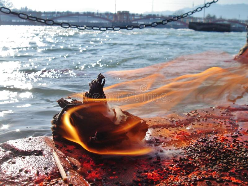Fogo da devoção no banco do rio de Ganga imagens de stock royalty free