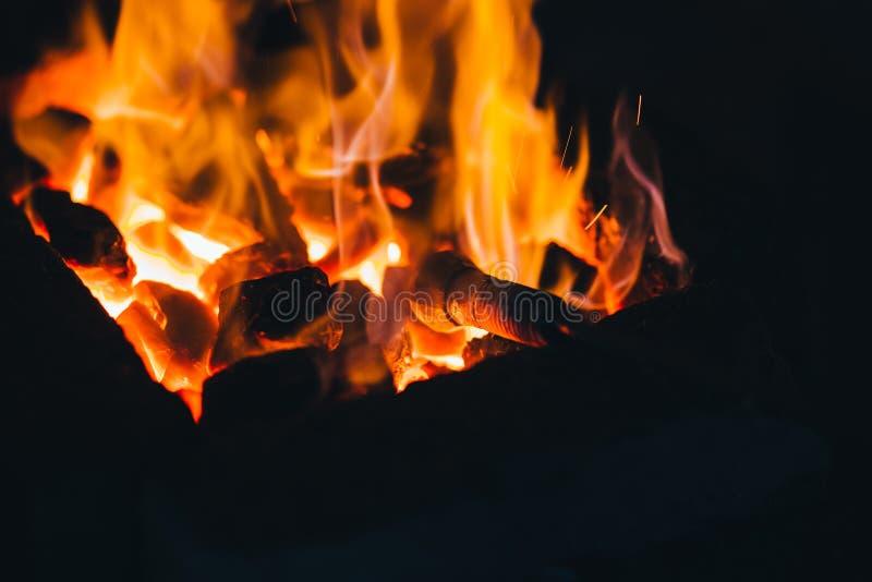Fogo da forja do fogo da forja usado criando ferramentas do ferro no ` s do ferreiro fotografia de stock royalty free