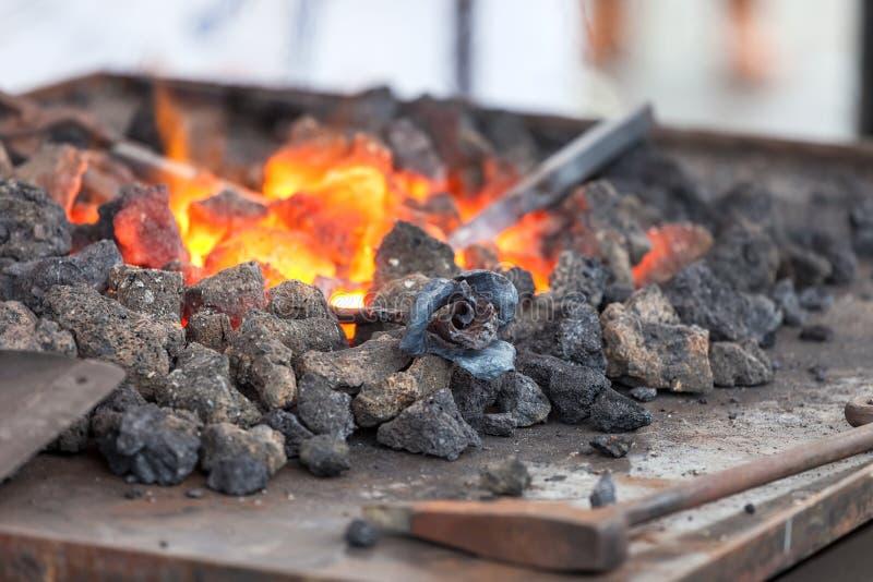 Fogo da forja no ferreiro onde ferramentas do ferro fotografia de stock