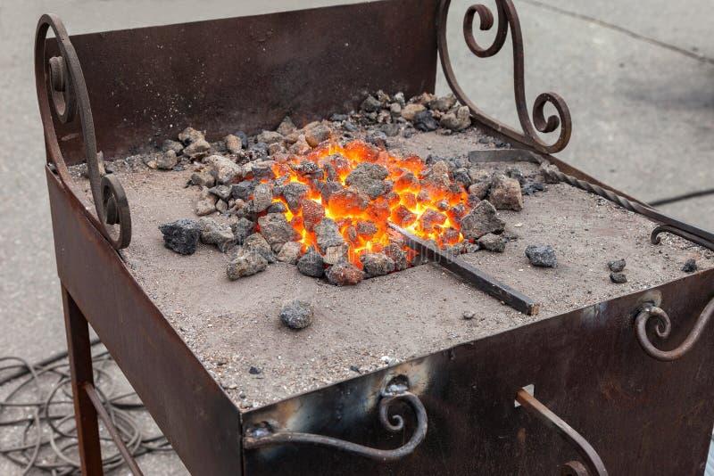 Fogo da forja no ferreiro onde ferramentas do ferro fotos de stock royalty free