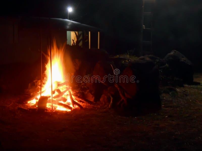 Fogo da queimadura pela rocha imagens de stock