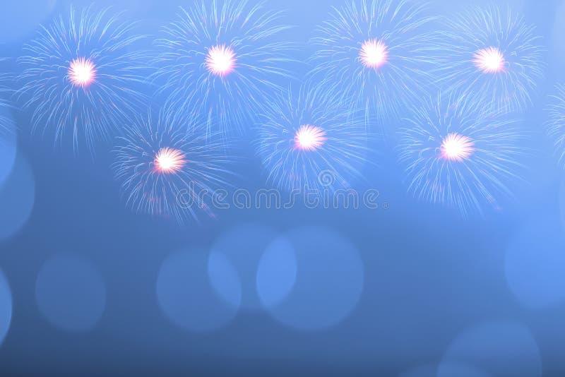 Fogo de artifício azul e luz borrada do bokeh com espaço da cópia no Natal e no ano novo Conceito abstrato do feriado do fundo imagens de stock