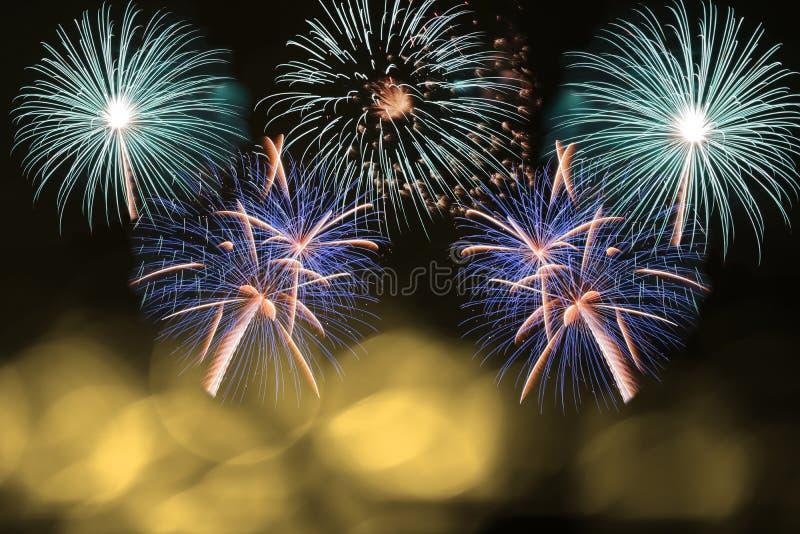 Fogo de artifício colorido e luz borrada ouro do bokeh com espaço da cópia no Natal e no ano novo Conceito abstrato do feriado do fotos de stock royalty free