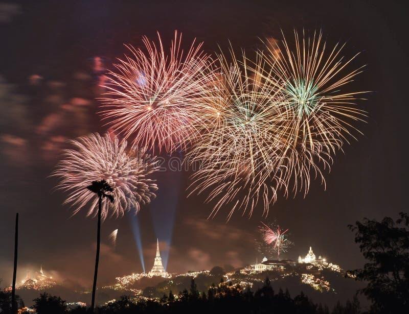 Fogo de artifício com o céu escuro foto de stock