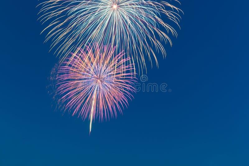 Fogo de artifício da celebração do ano novo, espaço da cópia com fogo de artifício colorido foto de stock royalty free