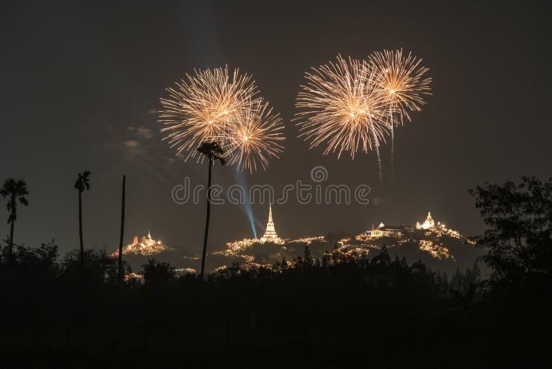 Fogo de artifício de Tailândia com o pagode e a montanha tailandeses fotografia de stock