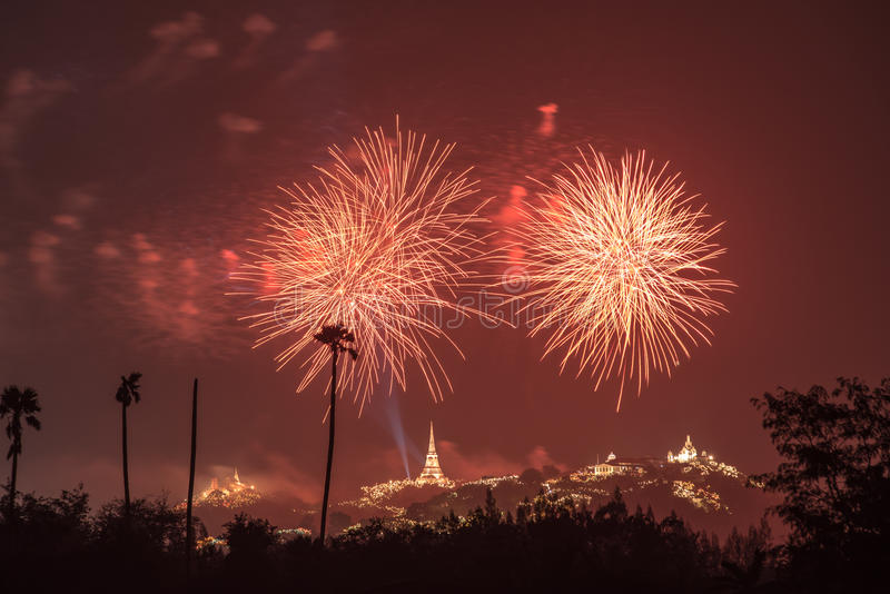Fogo de artifício de Tailândia com o pagode e a montanha tailandeses imagens de stock