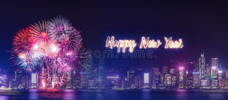 Fogo de artifício do ano novo feliz sobre a construção da arquitetura da cidade no ce da noite fotos de stock royalty free