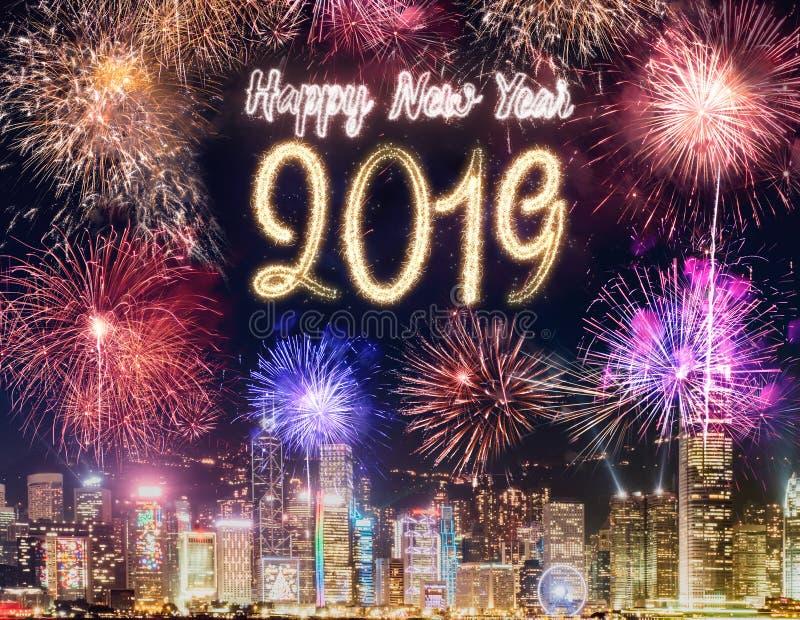 Fogo de artifício 2019 do ano novo feliz sobre a construção da arquitetura da cidade no si da noite imagens de stock royalty free