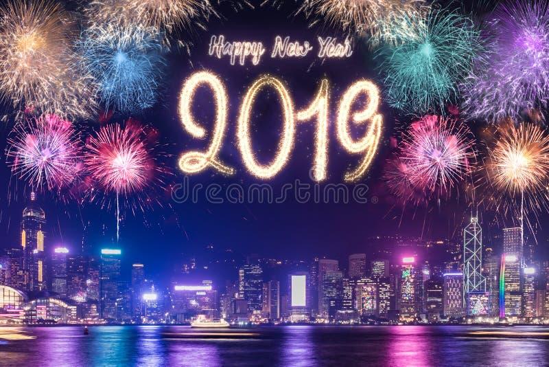 Fogo de artifício 2019 do ano novo feliz sobre a construção da arquitetura da cidade no si da noite fotografia de stock