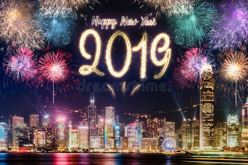 Fogo de artifício 2019 do ano novo feliz sobre a construção da arquitetura da cidade no si da noite imagem de stock royalty free