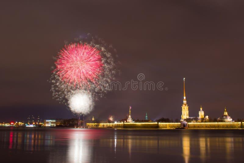 Fogo de artifício em Neva River perto do Peter e do Paul Fortress na noite na cidade de St Petersburg foto de stock