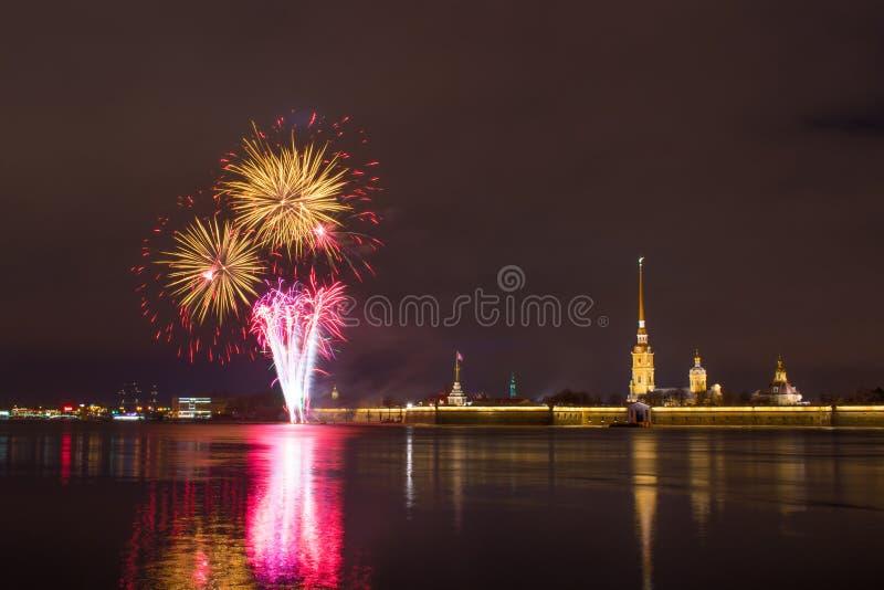 Fogo de artifício em Neva River perto do Peter e do Paul Fortress na noite na cidade de St Petersburg fotografia de stock