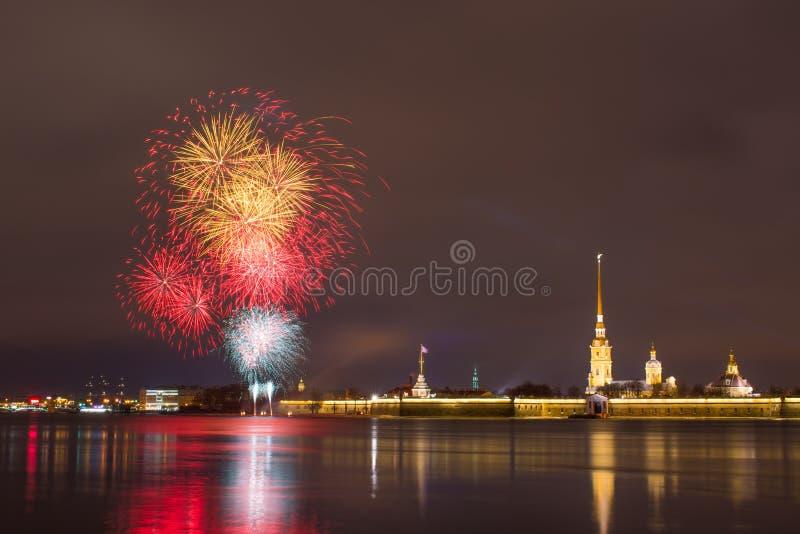 Fogo de artifício em Neva River perto do Peter e do Paul Fortress na noite na cidade de St Petersburg imagens de stock royalty free