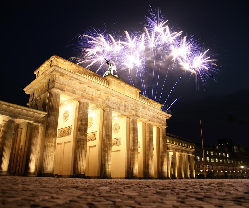 Fogo-de-artifício na porta de Brandebourg em Berlim imagem de stock royalty free