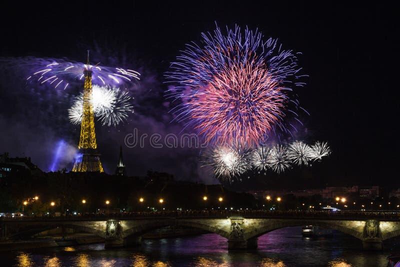 Fogo de artifício na torre Eiffel para o dia de Bastille em Paris - o estratagema de la Visita Eiffel à Paris do ` de Le feud de imagens de stock