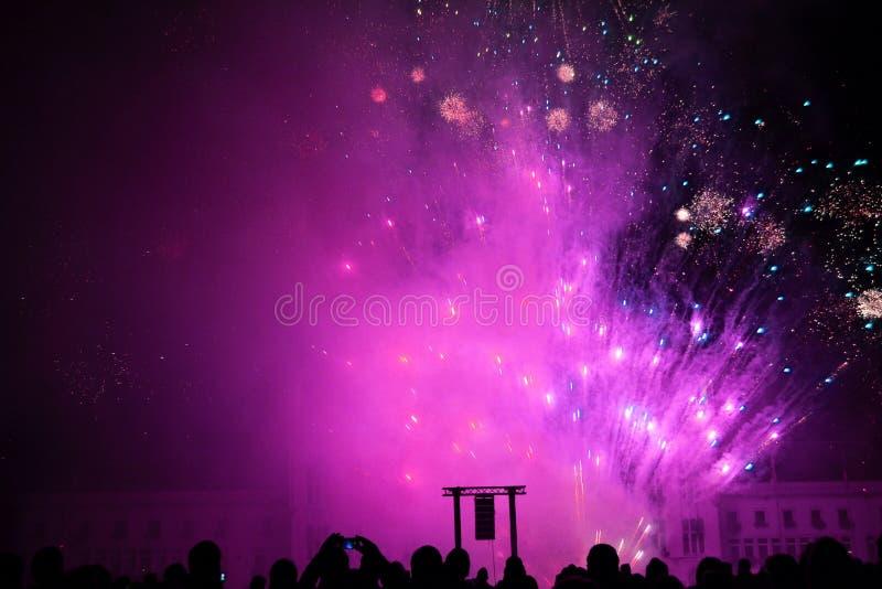 Fogo de artifício ultravioleta no dia da paz em Sint-Niklaas fotografia de stock royalty free