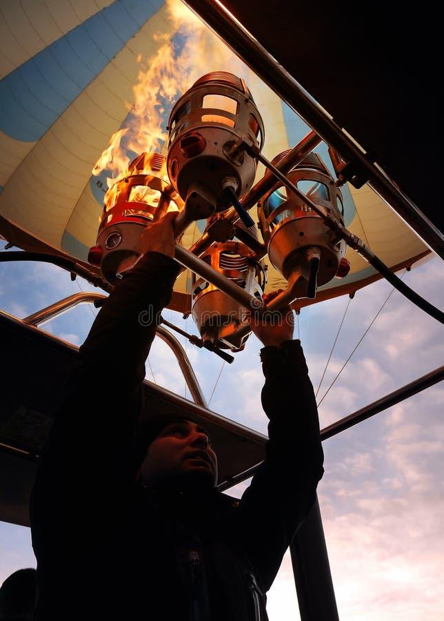 Fogo de bombeamento piloto do balão de ar quente para aplicar o ar quente no balão à prova de fogo imagens de stock