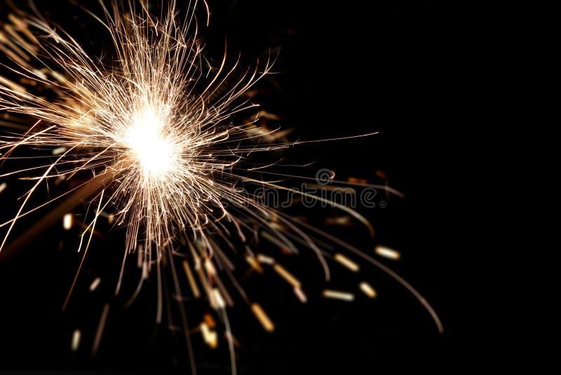Fogo de queimadura de Bengal em um fundo preto Natal, fogo da faísca do ano novo imagens de stock