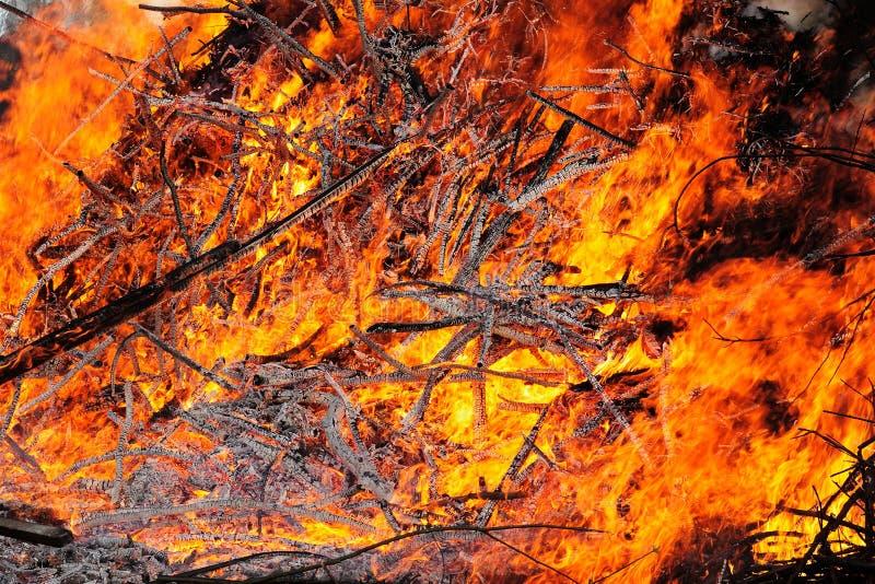 Fogo do grande montão de madeira ardente imagens de stock