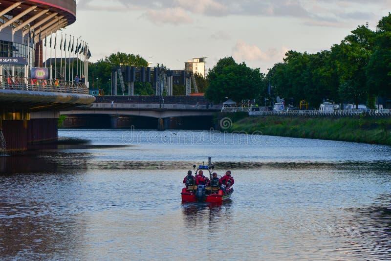 Fogo e bote de salvamento no rio Taff pelo estádio do principado fotos de stock royalty free