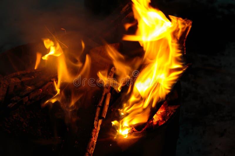 Fogo e chama ardentes do fogo imagens de stock royalty free