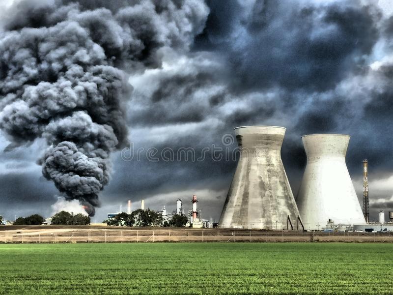 Fogo e explosões em um acidente da refinaria de petróleo fotos de stock royalty free