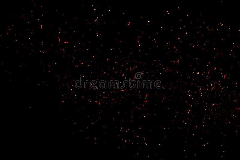 Fogo e faíscas em exterior na noite escuro imagens de stock