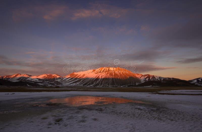 Fogo e gelo na terra selvagem fotos de stock